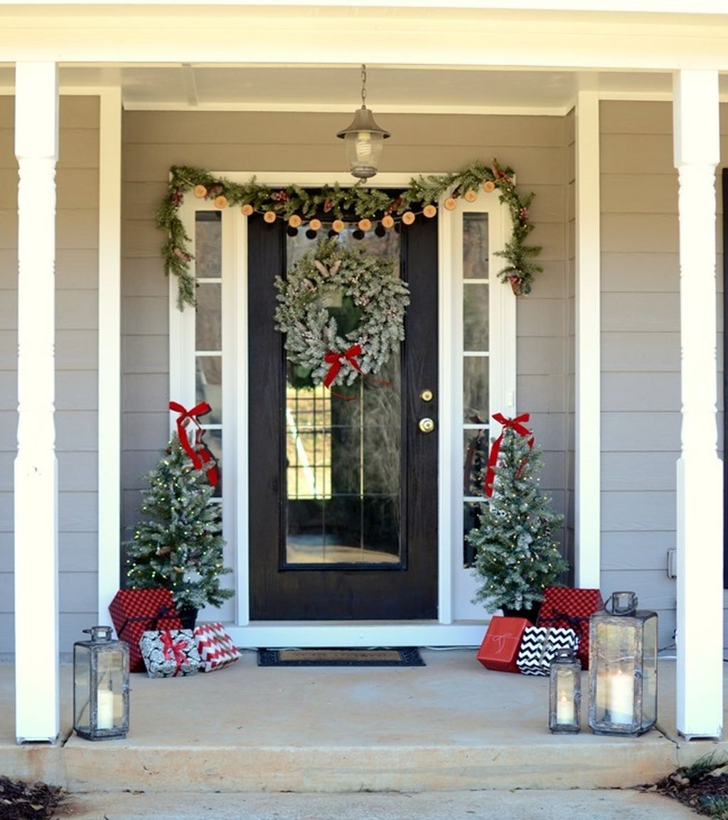 46 Best Farmhouse Home Decor Ideas You Will Totally Love: Totally Inspiring Christmas Porch Decoration Ideas 75
