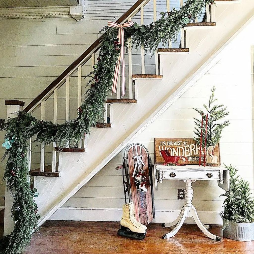 38 cool and fun christmas stairs decoration ideas - Christmas decorations for stair rail ...
